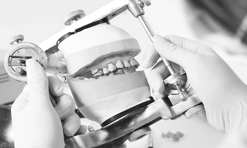 prótese dentária em porcelana laboratório