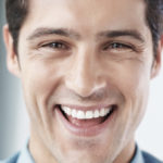 Dentes desgastados: recuperá-los com resina ou porcelana? Entenda.