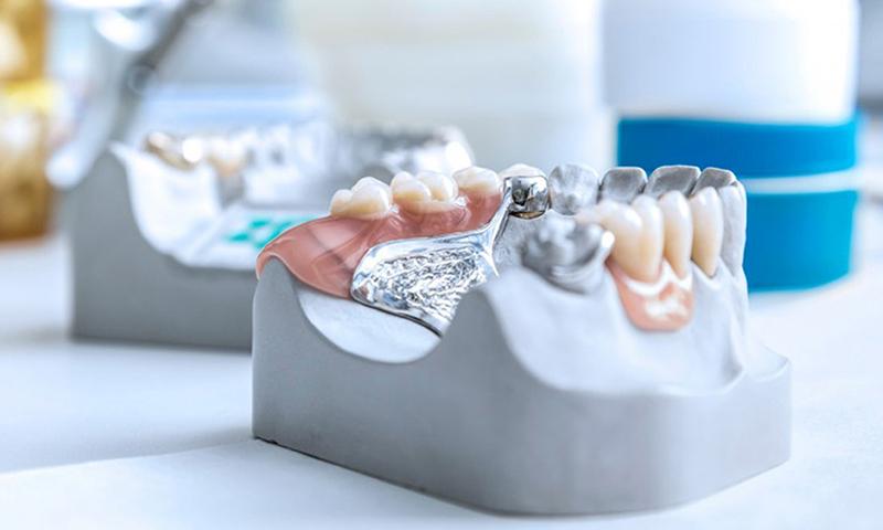 protese dentaria móvel dor e dificuldade para mastigar